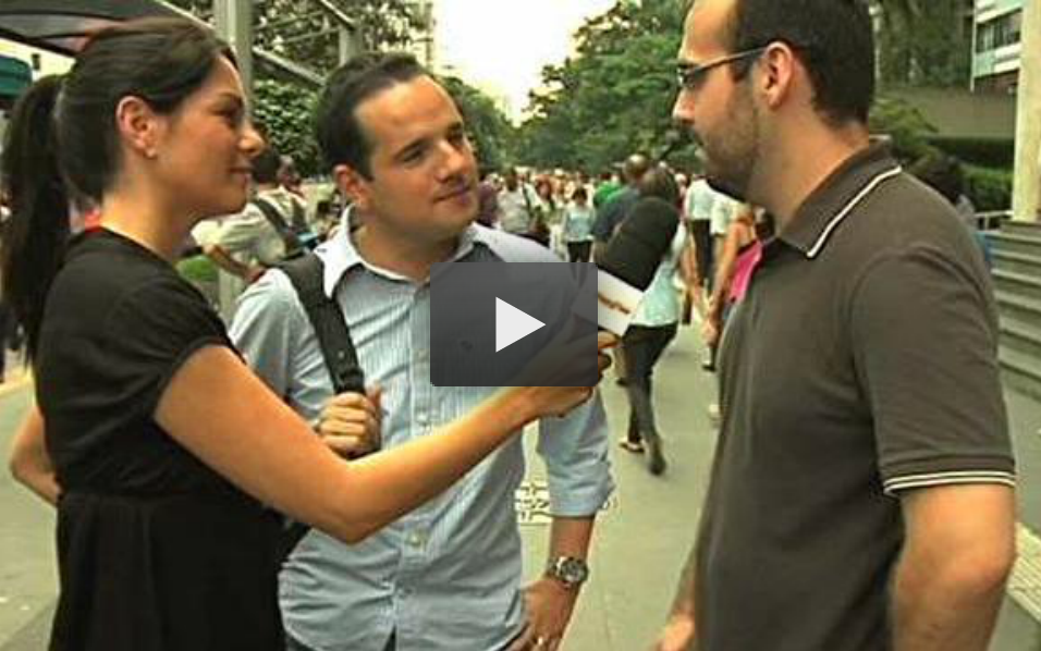 Vin Santucci offering relationship advice in the streets of São Paulo upon request of the GNT Channel (Globo Organizations).